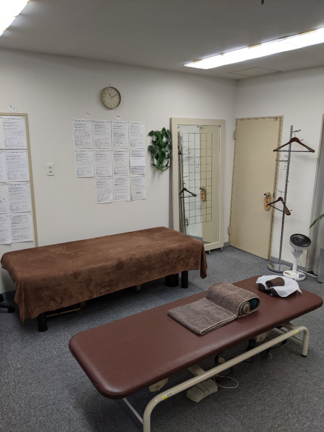 院内写真:施術ベッドが2台あり、それぞれ使用目的が変わります。